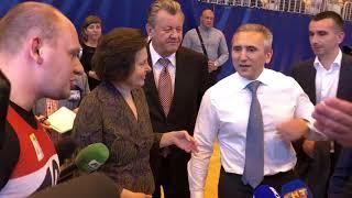 Александр Моор поднимает гирю в Нижневартовске