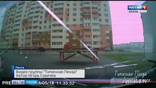 Пензенцы опубликовали видео, как на машину упала поднятая ветром столешница
