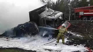 Пожарные тушат машины, пострадавшие а ДТП в Дзержинске