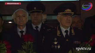 Глава Дагестана почтил память погибших сотрудников полиции