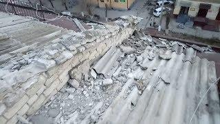 «Доска позора»: В Волгограде крыша дома после «ремонта» стала опасной для людей и автомобилей