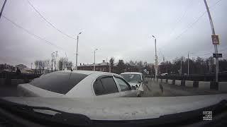 Опубликовано видео ДТП в Твери, после которого загорелась легковушка