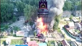 На улице Свердловская в Красноярске сгорели деревянные сараи возле двухэтажного жилого дома