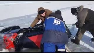 Спасение снегохода, который ушел под лед на припае в Доинском районе