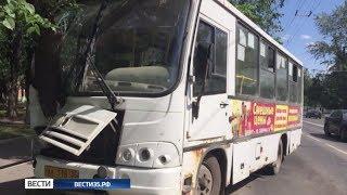 Автобус врезался в дерево в центре Вологды