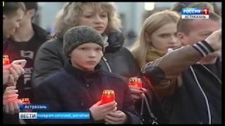 Сотни астраханцев, разделяя боль кемеровчан, несут цветы к памятнику Семье