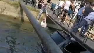 После ДТП джип упал в оросительный канал в Махачкале