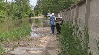 Волгоградцам приходится добираться до поликлиники Красноармейского района по краю затопленной дороги