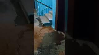 Подъезд дома в Инте в дождь
