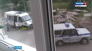 В Барнауле с крыши трёхэтажного дома упал рабочий