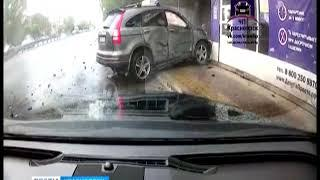 На проспекте Металлургов из-за аварии машину выбросило на тротуар