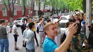Протестующие у отделения №6 УМВД требуют освободить соратников