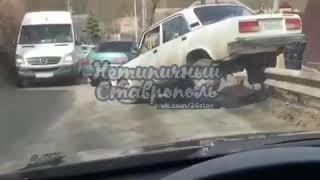 В Ставрополе «семёрка» залетела на ограждение