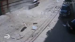 В Махачкале из-за сильного ветра облицовка дома упала на автомобиль.