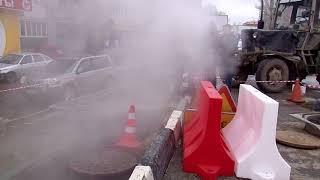 В Кировском районе забил фонтан с горячей водой