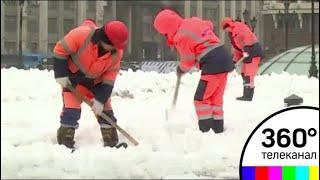 В Москве начали ворошить снег