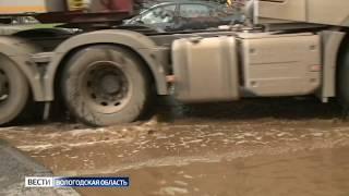 Центр Вологды затопило грязной водой