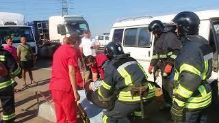 Кровавое ДТП в Одессе: спасатели выносят на руках водителя