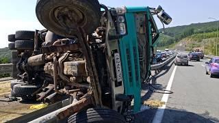 ДТП перевернулся грузовик с песком.