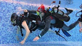 В Когалыме парадайверы обучают волонтеров погружаться с особенными пловцами