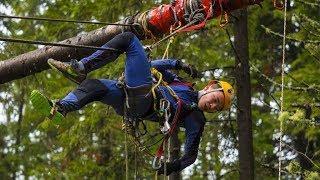 Вертикальным маятником проходят трассу в Ханты-Мансийске участники первенства по спортивному туризму
