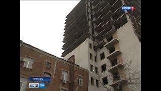 В Ростове стена недостроенной многоэтажки обрушилась на крышу сталинки