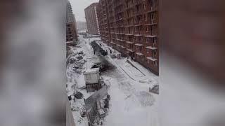 Асфальт укладывают в снег (Красноярск)