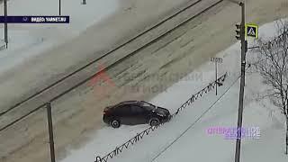 Полицейские помогли влетевшему в забор водителю