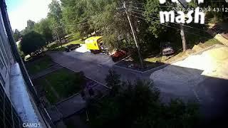 В Санкт-Петербурге рабочие на видео спасли двух выпавших из окна детей