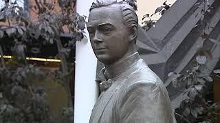 В Ярославле памятник Леониду Собинову использовали, как подпорку для дорожного знака