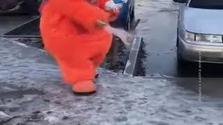 Ростовчане засняли на видео пушистого коммунальщика