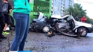 На улице Словцова столкнулись иномарка и маршрутка