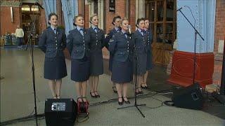 Лондон: песни военных лет поднимают дух и вселяют надежду …