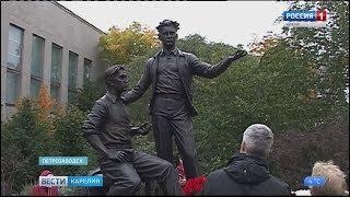 В Петрозаводске открыли памятник Роберту Рождественскому и Владимиру Морозову