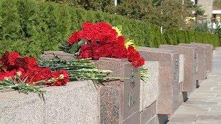 Волгоградцы несут цветы в память о погибших в керченском колледже