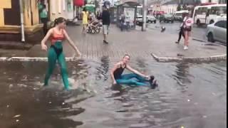 День ВДВ по-женски: девчата искупались в лужах