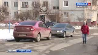Жители Волгограда устали скользить по дворам и требуют внимания коммунальщиков