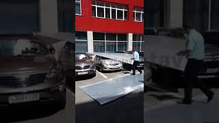 Листы с крыши ДКиС в Ставрополе прилетели на припаркованные автомобили