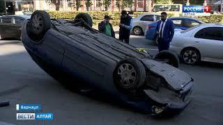 В центре Барнаула перевернулся автомобиль