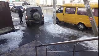 В Ставрополе УАЗ на тротуаре давит пешехода