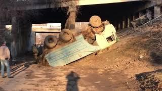 В Волгограде «КамАЗ» рухнул с моста