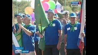Пенсионеры вышли на спортплощадку, чтобы продемонстрировать свою физическую форму