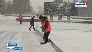 Барнаульцев просят с пониманием отнестись к снегоуборщикам, которые могут затруднять движение