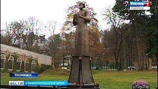 Цветы любимому писателю. К 100-летию Александра Солженицына