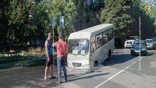 ЧП в Таганроге: в яму с водой провалилась маршрутка