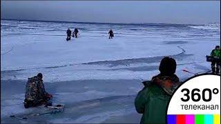 В Санкт-Петербурге рыбаки едва не ушли под лёд из-за волны. Видео