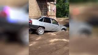 провалился автомобиль в Красноярске