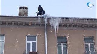 В Великом Новгороде сбивают сосульки без ограждений