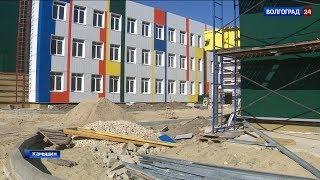 Строители приступили к отделке фасада новой школы в Камышине