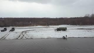 Военные инженеры ЮВО во время учений соорудили переправу через реку Северский Донец